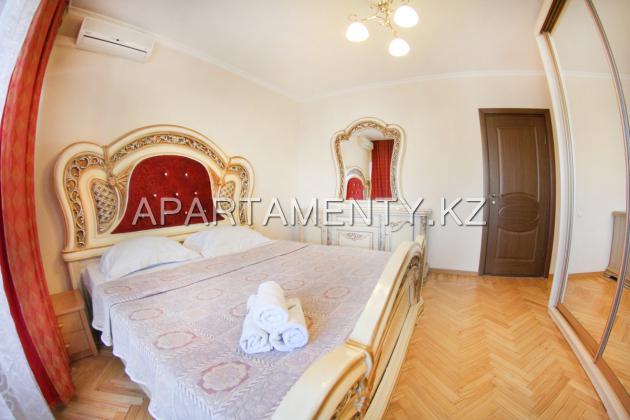 Трехкомнатная квартира посуточно в центре Алматы